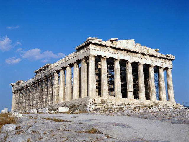 От подножия холма зигзагообразная широкая дорога приведет вас к единственному входу. Это знаменитые ворота Пропилеи, построенные в дорическом силе, с колоннами и лестницей.