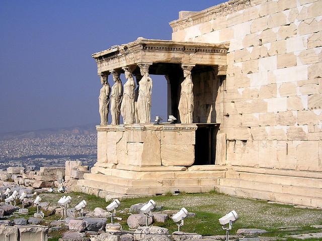 Сохранился до наших дней самый главный храм Акрополя Парфенон, построенный в честь покровительницы богини мудрости и справедливости Афины.