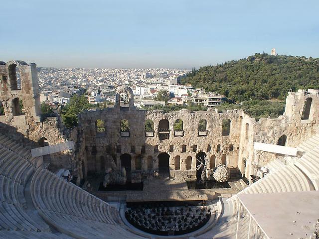 Эрехтейон, развалины храма прекрасной богини  Афродиты и Зевса, театр Диониса и другие бесценные памятники древней архитектуры влекут ежедневно в Акрополь тысячи туристов из разных стран.