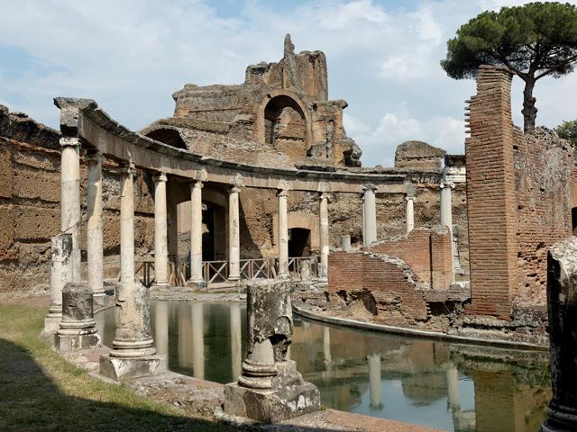 Элий Адриан питал большой интерес к архитектуре, поэтому собственноручно взялся за проектирование своей виллы. Вложенные им знания и умения придали вилле уникальный внешний вид, отражавший неповторимую, глубокую душу императора.