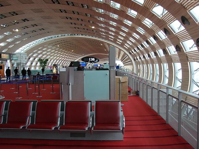 Всего здесь 8 терминалов, между которыми каждые 7 мин. курсируют бесплатные автобусы-шаттлы. Все терминалы имеют разные концепции построения. Так, первый терминал для трансконтинентальных рейсов символизирует ядро звезды с лучами.