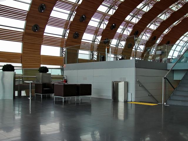 Второй терминал, организующий перелеты по Европе и внутри страны, немного скромнее. Он включает шесть подтерминалов, соединенных подземными закрытыми переходами. Третий терминал лишен особого пафоса и предназначен для чартерных рейсов.