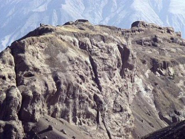 Аламут – это крепость, возвышающаяся высоко в горах.  Построена она была в далеком 9 веке. И уже в середине 13-го она сдалась монгольскому войску, тогда же ее и разрушили.