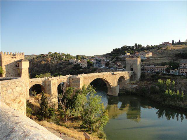 Нынешний его вид был последний раз восстановлен в 16 веке. Сам мост и его ворота служили в первую очередь для защиты, на нем проходило немало воинских сражений и исторических битв, именно поэтому мост может быть интересен при посещении Испании.