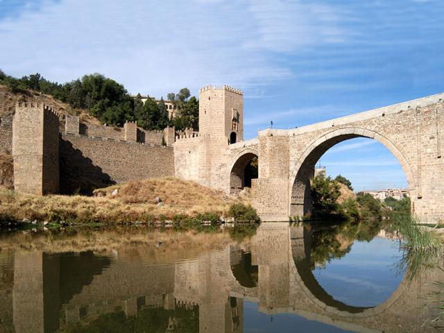Пройдя по мосту Алькантара можно не только прикоснуться к истории, вдохнуть запах былых сражений и почувствовать себя участником битвы, но и насладиться прекрасным видом, который открывает на весь Толедо.