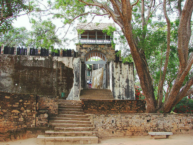 Посреди буйного тропического леса находятся остатки королевского города Абмохиманга. Это не просто город, а целый комплекс священных ритуальных мест и погребальных сооружений. Это место, которое малагасийцы почитают, как национальное достояние и святыню.
