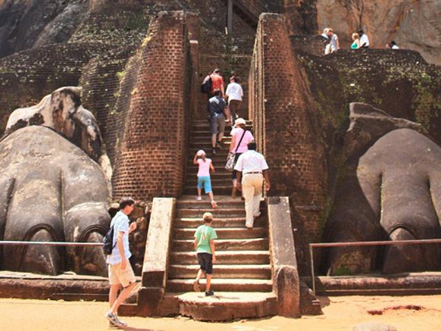 Хотя от былого величия остались лишь колонны из гранита, не вызывает сомВ главном зале находился огромный трон из слоновой кости, стоявший на позолоченных львиных лапах.