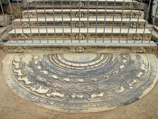 В главном зале находился огромный трон из слоновой кости, стоявший на позолоченных львиных лапах.