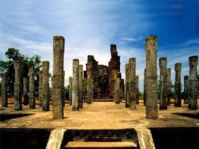 1600 колонн высотою в три метра каждая, поддерживали великолепное девятиэтажное здание храма.