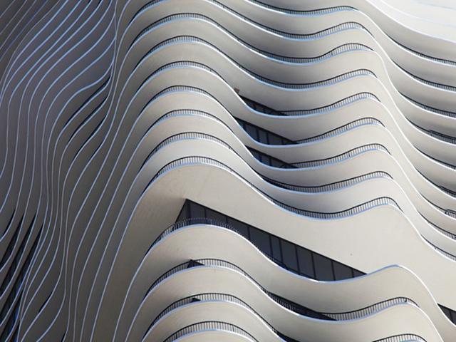 Для этого она выдвинула балконы на 4 метра от стены здания, что позволило любоваться живописными панорамами города в полной мере. Как результат, благодаря балконам, здание приобрело несколько волнистую форму, без геометрических привычных линий.