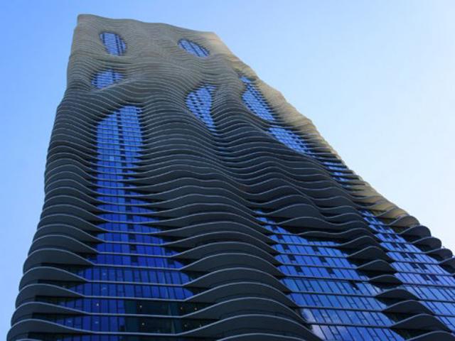 Внешний вид здания постоянно меняется, стоит только вам поменять точку обзора. В США Чикаго признано столицей небоскребов. Аква обрамлено многими другими высотными сооружениями. Поэтому архитектору пришлось выделить здание из общей массы.