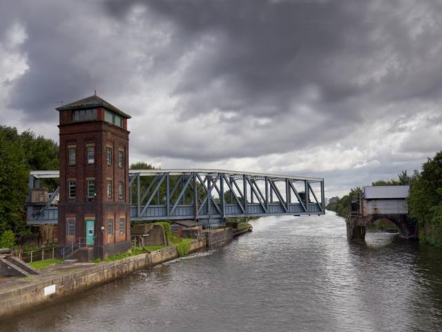 Многие мосты имеют сложную конструкцию, а в особенности мосты, пропускающие под собой корабли и баржи. Бартон Свинг отличается от всех мостов тем, что над водой он перемещает не транспорт и пешеходов, а воду.