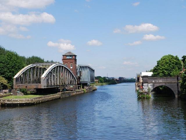 Ответ прост: конструкция Бартон Свинга позволяет акведуку поворачиваться в сторону. Но куда девается вода, протекающая внутри акведука? Для этого проекторы предусмотрели большие загородки.