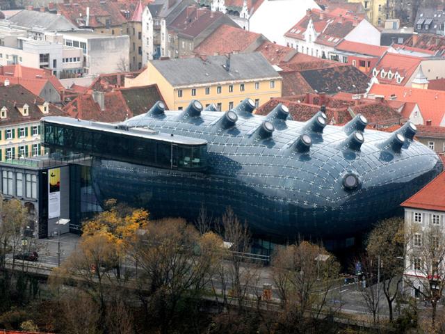 Путь к славе музею проложила необычная внешность. Он имеет амёбообразную форму, характерную для зданий, построенных в стиле блоб.