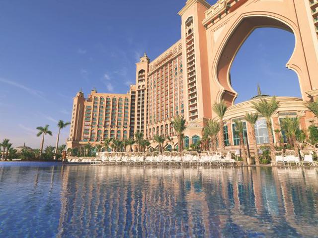 На территории комплекса также находится огромнейший аквапарк площадью 160 тысяч квадратных метров. Для развлечения гостей есть и бассейн, где можно поплавать и отдохнуть с дельфинами.