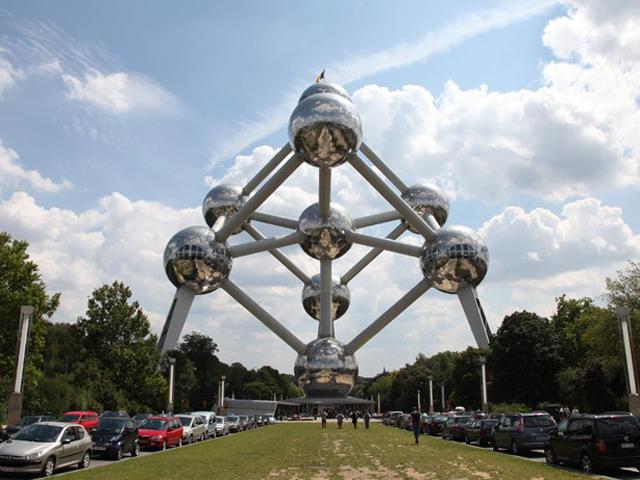 . Проект скульптуры был создан к Международной выставке 1958 года, проходившей в Брюсселе. На тот момент это кристаллообразное здание произвело настоящий фурор.
