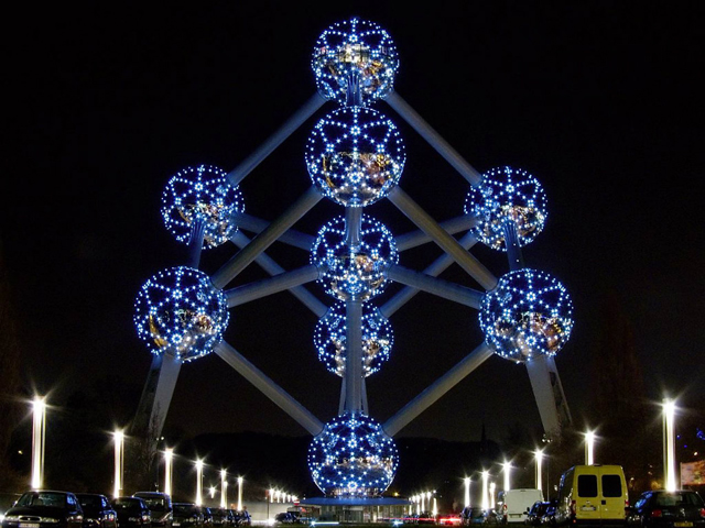 Это сооружение, покрытое металлом, основывается на модели атома железа: 9 сферических частиц связаны кристаллической решеткой. Каждая сфера имеет диаметр около 18 метров.