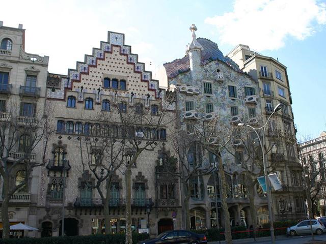 Дом стоял на этом месте еще с 1875 года и был ничем не привлекательной стандартной постройкой для жилья. Это продолжалось до 1904 года, пока Антонио Гауди не решил полностью переделать сооружение.
