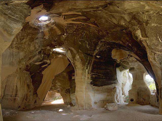 Несмотря на то, что пещеры рукотворные, их строили не специально. Они остались как результат после разработок известняка в IX-X веках.
