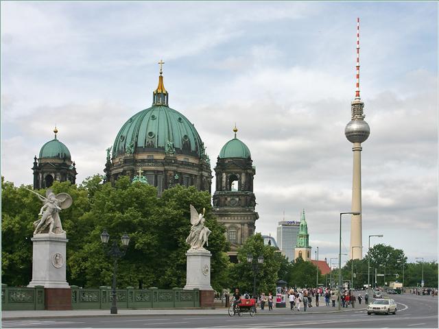 Строительство нынешнего символа Берлина было завершено в 1969 году, тогда телебашня была ниже теперешней на 3 метра. Позже на верхнем уровне была установлена дополнительная антенна.