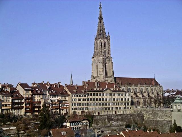 Строительство кафедрального собора было начато в 1421г. на месте размещения старой церкви середины XII века. Окончание строительства пришлось на 1893г, закончив пять веков создания шедевра в Берне.
