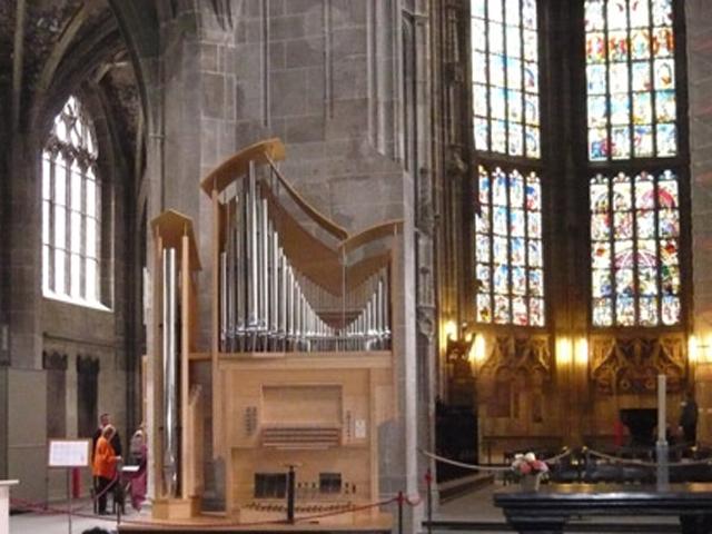 Высота колокольни собора не имеет аналогов в стране и составляет 100,6м. Ее смотровая площадка расположена на высоте 87м. Она открывает виды на залив Ааре, кварталы Берна и окружающие горы.