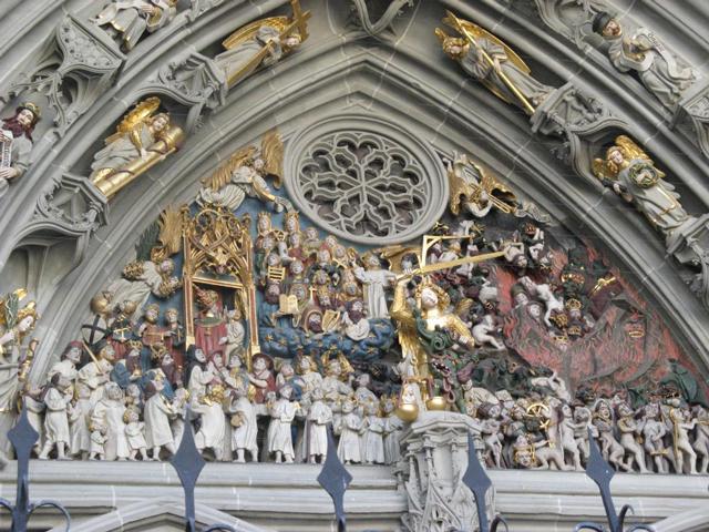 Интерес историков и туристов вызывают скульптуры барельефной композиции, множество которых размещено над главным входом в храм. Здесь насчитывается более 200 статуй времен XV – XVI веков. На барельефах представлены живописные и разнообразные сцены Страшного суда.