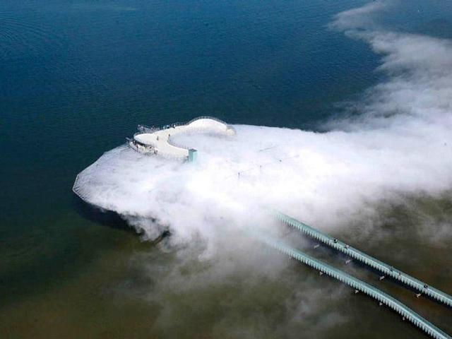 Здание находится посреди озера, но остается легкодоступным с помощью моста длиной более ста метров. Перед входом в нависающее облако каждому туристу выдают плащ-дождевик.