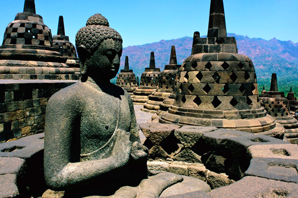 Теперь на вершине холма высится многоступенчатый храм. По всем верхним террасам расположены ступы в форме колоколов, в каждой из которых хранится статуя Будды. На самой вершине пирамиды располагается святилище – символ Нирваны, попасть в которую стремятся все буддисты.