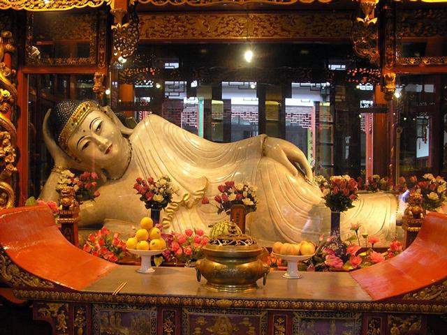 В здании можно насчитать большое  количество статуй самого  Будды, который запечатлен в разных позах и  с самыми разными чертами лица, будь то улыбка или гримаса.