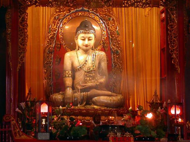 Интересно, что в одной из комнат храма, можно попросить у Будды исполнить желание, пожертвовав для этого монетку и не сомневаться – мечта обязательно сбудется.