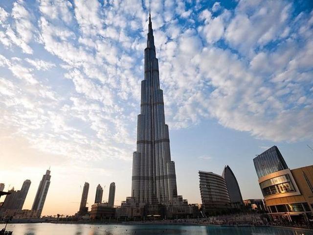 . Высота башни насчитывает около  828 метров, кроме того здание насчитывает 162 этажа, интересно что шахта лифта тоже является самой протяженной в мире и лифт является самым скоростным.