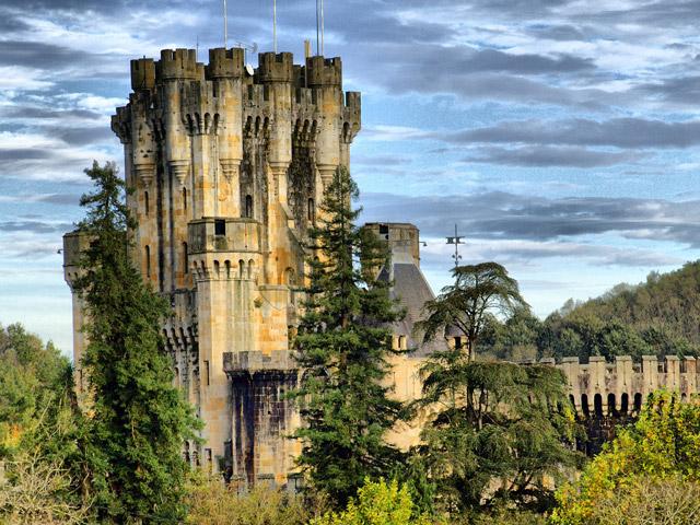 Постепенно, когда боевые действия между Бутронами и их соперниками поутихли, башня стала обрастать жилыми и хозяйственными постройками, превращаясь в полноценный замок. Здесь частыми гостями были самые родовитые вельможи Испании, и даже короли. Позже родовое гнездо Бутронов пришло в упадок и пролежало в руинах около 300 лет.