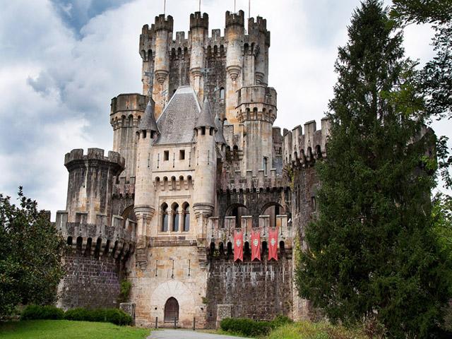 А начиналась история замка с самого настоящего логова разбойников. Именно тогда была возведена примитивная средневековая башня, которая служила жилищем, укрытием и наблюдательным пунктом для одной из разбойничьих шаек, в которую входили представители рода Бутронов.