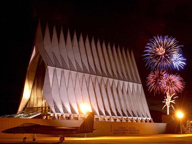 Корпус создан из сотни тетраэдров, каждый из которых достигает в высоту 23 метра, а весит около 5 тонн. Между пустотами тетраэдра расположились стекла.