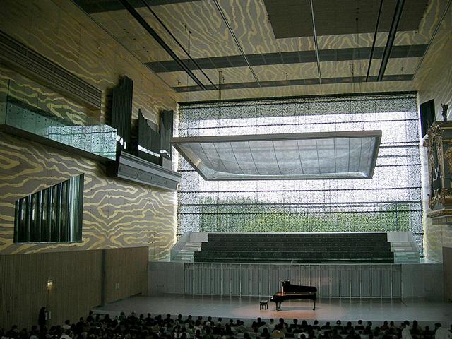 Некоторые даже утверждали, что это лучший концертный зал, построенный за последнее столетие. Его сравнивают с Берлинской филармонией и Концертным залом им. Уолта Диснея.