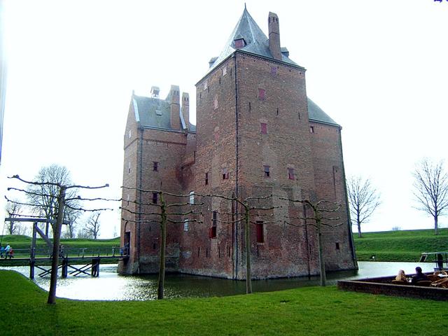 Вначале 1368 года в месте слияния рек Ваал и Маас построили крепость, которая выглядела как прямоугольное строение с обычными ровными стенами.