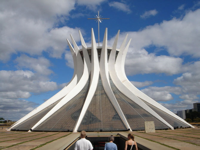 Римско-католический собор служит также резиденцией архиепископа Бразилии. Собор спроектирован архитектором Оскаром Нимейером, и возведен, а также и освящен к началу лета 1970 года.