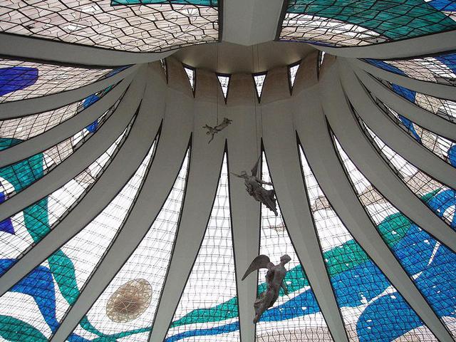 Собор очень часто сравнивают с Ливерпульским собором из-за внешнего сходства. В то же время английский собор имеет более сплошные стены, а собор Бразилиа выглядит более рельефным и кажется более воздушным и невесомым.