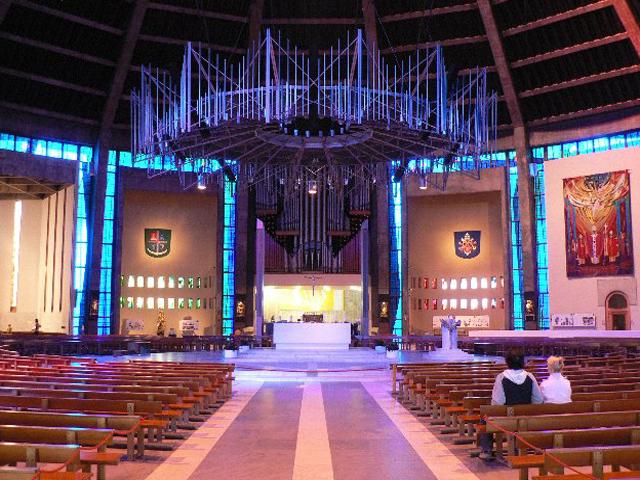 Внутреннее убранство собора также имеет свою неповторимую особенность. В нем находится алтарь из мрамора, который окружают концентрически расположенные скамьи. Под потолком здание украшено большими цветными витражными стёклами.