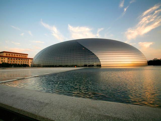 Сооружение расположено недалеко от Запретного города на площади Тяньаньмэнь. Купол возвышается над озером на 45 метров, его длина составляет 212 метров, а ширина – 145 метров. Внутри оперный театр рассчитан почти на 5,5 тысяч зрителей, расположившихся в трёх залах.