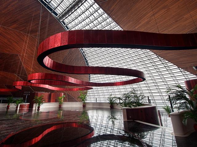 Отметим, что в качестве архитектора для этого проекта был выбран Поль Андре, который решил привнести частицу современного архитектурного искусства в Пекин – город, полный традиционной восточной архитектуры.