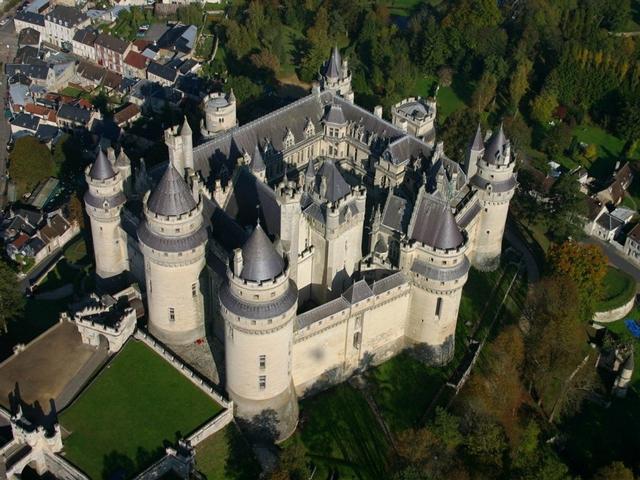 Именно его стены выдержали самое огромное количество осад во время военных действий. Крепость представляла собой самое лучшее оборонительное сооружение в стиле Средних веков, но, несмотря на всю свою мощь, он не смог защитить Людовика Орлеанского.