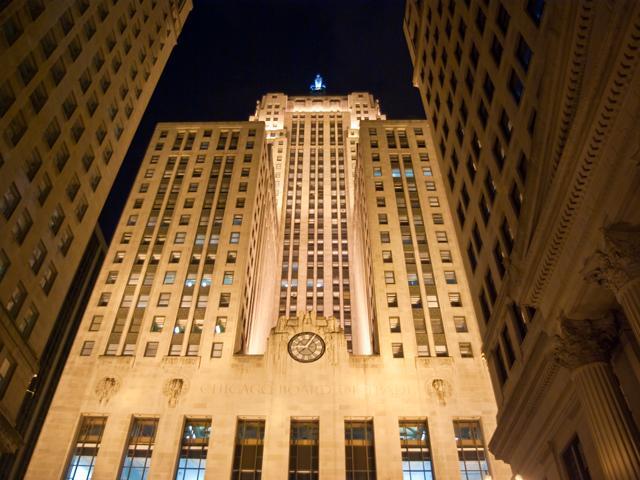Здание биржи в Чикаго магнитом притягивает голливудских кинорежиссеров. Многие сцены из знаменитых фильмов снимались именно здесь: «Бетмен», «Проклятый путь», «Неприкасаемые» и пр.