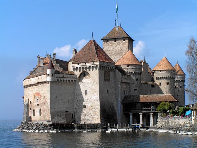 Это здание имеет прочную защитную конструкцию: со стороны дороги нависает неприступная каменная стена, а окна и террасы расположены над глубоким озером.