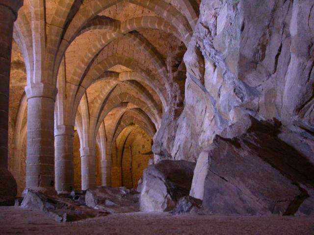 Основной изюминкой Шильона можно назвать его подземные тоннели. Они вырыты ниже уровня воды и проходят сквозь скалы. В подземельях раньше располагались тюремные камеры, отделенные друг от друга скальными камнями.