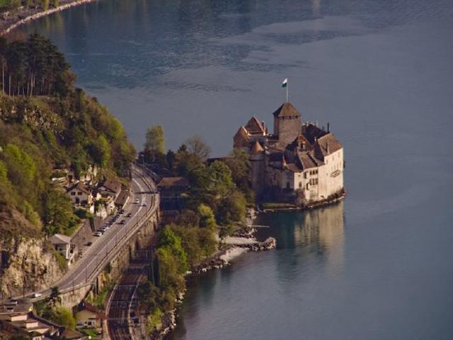Замок возвышается на небольшом утесе недалеко от берега, и раньше мост между замком и сушей поднимался. Такая система защитных мер была предусмотрена неслучайно: замок служил защитой для перевала Сен-Бернара, который соединял север и юг Европы.
