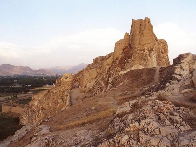 Когда-то здесь был возведен укрепленный форт, ставший центром древнего города Тушпы – столицы Урарту. Во время своего расцвета это воинственное государство держало в страхе все народы Передней Азии. Но его граждане были не только отличными воинами, но и искусными строителями