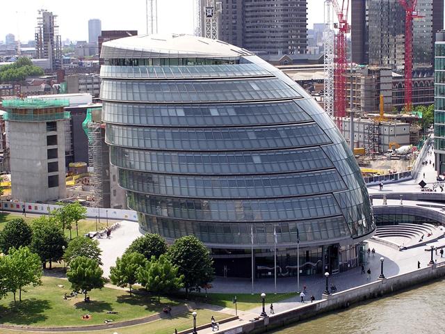 Решение о возведении такой необычной конструкции принял мэр города Кен Ливингстоун, проект создал знаменитый британский архитектор сэр Норман Фостер.