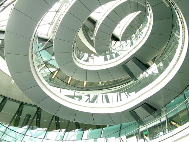 Винтовая лестница ведет на 10 этаж, где устроена смотровая площадка. Если повезет, то вы сможете попасть туда, так как в здание иногда пускают туристов.